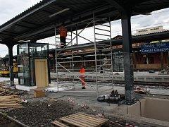 Vlakové nádraží v Českém Těšíně se mění před očima. Nová je část kolejiště a dva perony. Na každý se dá z podchodu dostat výtahem.