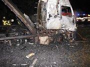 Zásah hasičů u havarovaného kamionu, který začal hořet.
