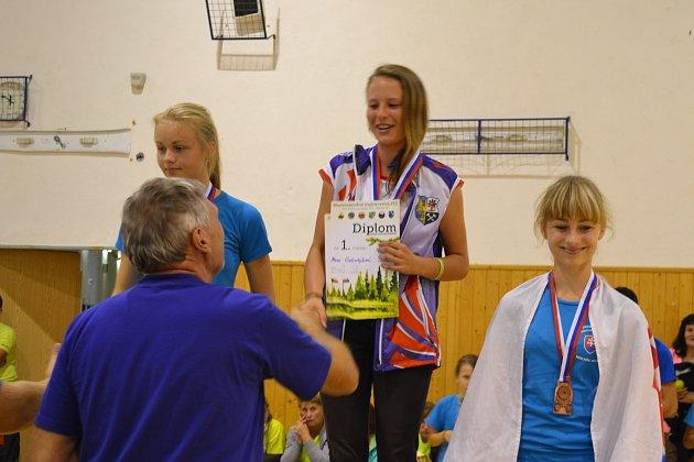 Hana Gabzdylová (uprostřed) se stala mezinárodní mistryní mezi žákyněmi.