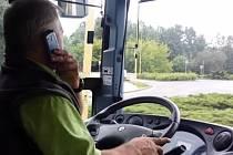 Řidič autobusu při projíždění rondelu u vlakového nádraží.