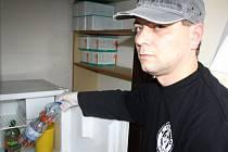 Materiál určený k odborné likvidaci ukazuje pracovník K-Centra Martrin Duda. Použité jehly a injekční stříkačky zde k odborné likvidaci berou od narkomanů v podstatě denně.