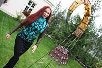 Blanka Matragi u svých soch v zahradě zámečku v Petrovicích u Karviné.