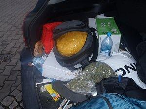 Celníkům se podařilo odhalit polské dealery marihuany. V jednom případě jim pomohl služební pes.