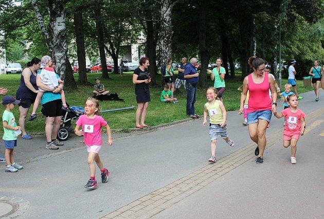 Malí i velcí účastníci charitativního běhu, jehož výtěžek poputuje na účet nemocné Alžbětky, poměřili síly na několika tratích.