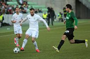 Karvinští fotbalisté (v bílém) zabrali a porazili Jablonec.