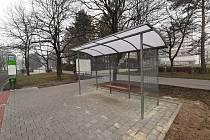 Na autobusové zastávce Rehabilitační sanatorium v Karviné-Hranicích je nová moderní čekárna.