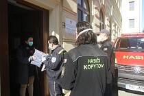 Nadace ČEZ věnovala organizacím v kraji statisíce korun na boj s pandemií koronaviru. Pomoc v Bohumíně rozváželi dobrovolní hasiči z Kopytova.