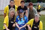 Fotbalistky a všichni v havířovském klubu pomáhají nemocné Kateřině Kyjovské (v modrém).