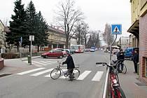 Křižovatka u pošty v Českém Těšíně. Ve tmě je velmi nepřehledná a snadno se může stát, že řidič si chodce prostě nevšimne.