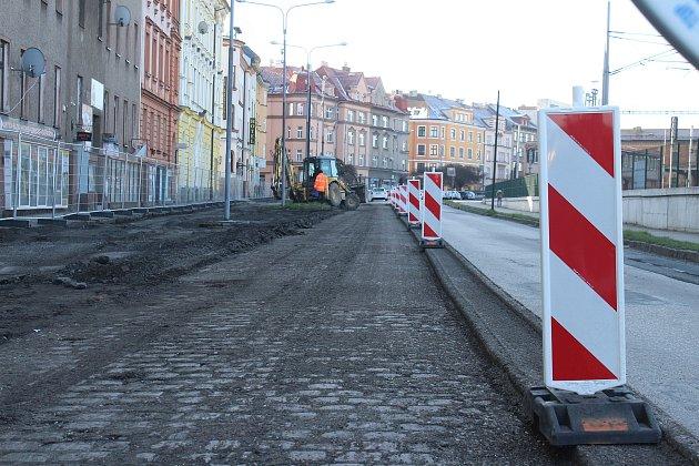 Po Nádražní ulici vČeském Těšíně se jezdí jednosměrně. Začala tam revitalizace a přeměna včástečnou pěší zónu. Práce potrvají do podzimu.