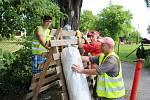 Dobrovolníci staví závodní trať Těrlického okruhu.