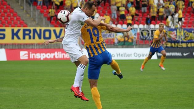 Jan Moravec (v bílém) se chystá na sobotní zápas.