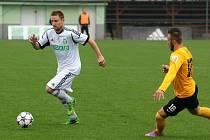 Karvinští fotbalisté (v bílém Růžička) si dojeli do Sokolova pro bod.