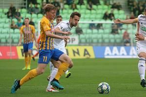 Marek Hanousek (v bílém) měl na noze vítězný gól. Zatřásl jen břevnem.