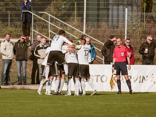 Karvinští fotbalisté (vbílém) porazili doma Opavu 1:0.