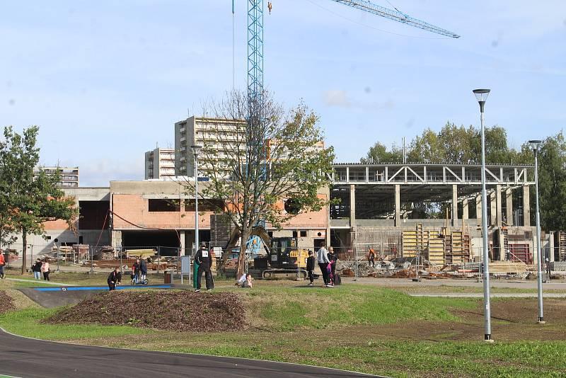 Multifunkční sportoviště u Obchodní akademie Karviná, září 2021. V bezprostřední blízkosti probíhá rekonstrukce krytého bazénu.