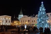 Na Masarykově náměstí v Karviné v neděli slavnostně rozsvítili vánoční strom.