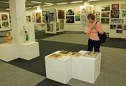 Čtyřiasedmdesát umělců všech věkových kategorií z Havířova představuje své práce v Galerii V. Wunscheho v KD Leoše Janáčka na 11. ročníku Havířovského výtvarného salonu.