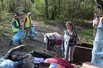 Úklid místa, které zaneřádili bezdomovci.