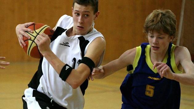 Ostavit čistě Jaroslava Odehnala (vlevo) od míče je takřka nemožné.