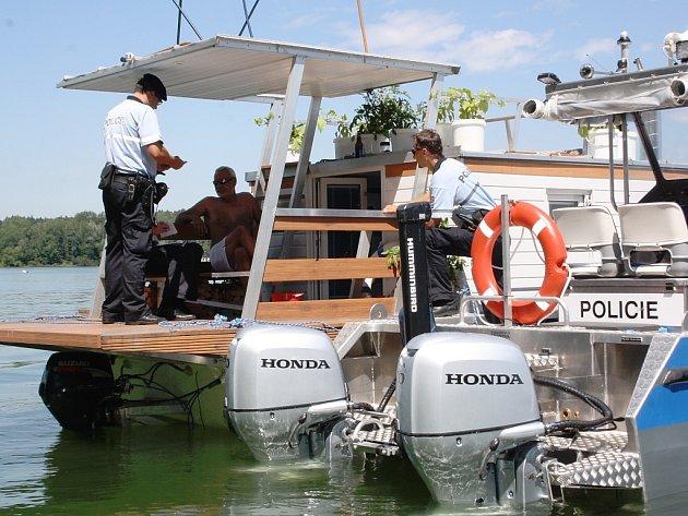 Kontrola plavidel na Těrlické přehradě.