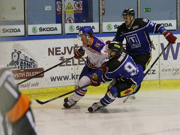Hokejisté Havířova (v modrém) si přivezli tři body z Litoměřic.