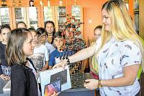 V soutěži letos Anežka za video Podtlak ve sklenici získala už druhý tablet. Ten se rozhodla věnovat kamarádce a její pěstounské rodině.