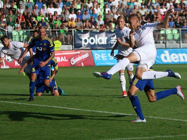 Karvinský Jan Kalabiška (v bílém) právě střílí do sítě Jihlavy druhý gól.