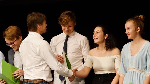 Studenti angličtiny ze čtyř karvinských základních škol a gymnázia převzali  mezinárodní certifikáty o vykonání cambridgeské zkoušky.