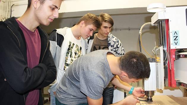 Návštěvníci akce Střední školy techniky a služeb v Karviné si užívali pestrý program, zaměřený nejen na techniku a řemesla.