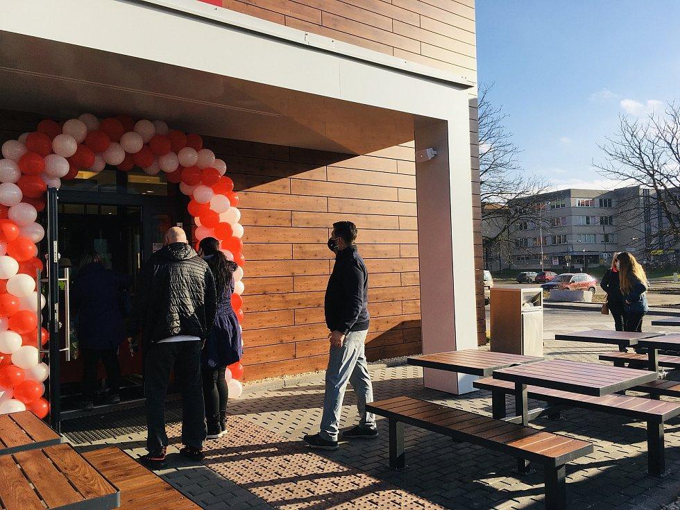 Třetí den provozu nového karvinského KFC. Prázdno u okének nebývá, právě naopak.