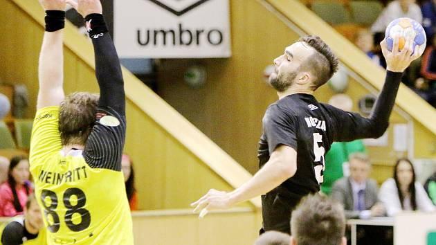 Marek Monczka při střelbě. Letos se svými spoluhráči na medaili nedosáhli.