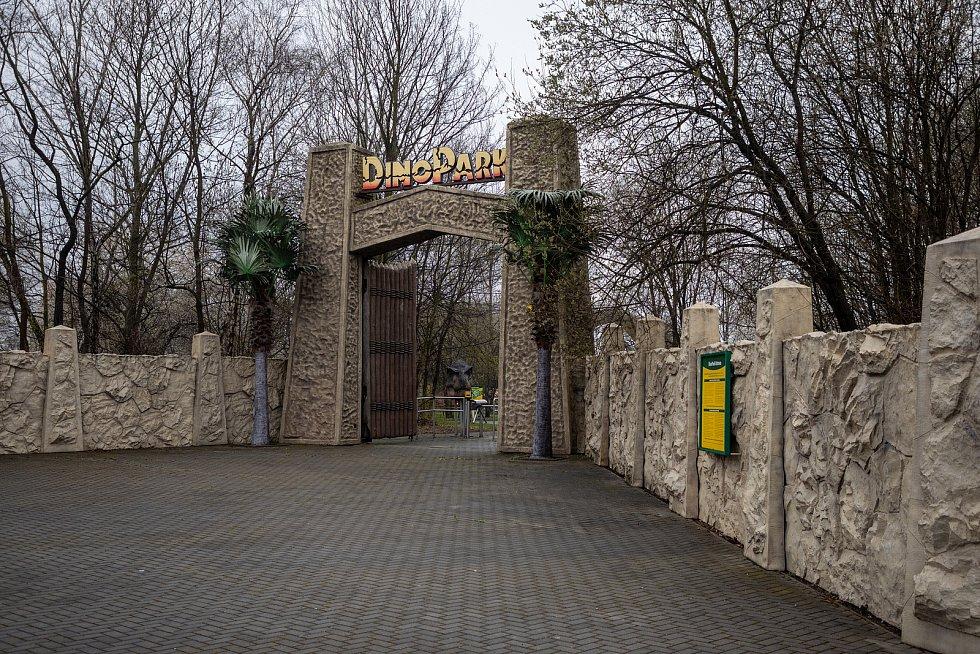 Hned první den po otevření dorazili do doubravského dinoparku první návštěvníci. Nízká, přesto s ohledem na počasí chvályhodná návštěva udělala vedení zábavního parku radost.