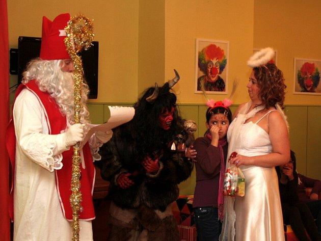 Mikuláš s andělem a čertem přišel nadělovat do havířovského dětského domova.