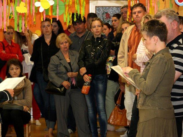 Schůzka rodičů předškoláků se zástupci školky a magistrátu.