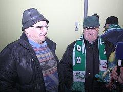 Od roku 1959 žije jednasedmdesátiletý Jiří Bruzl (vlevo) v Bohumíně. Na hokej se zde chodí dívat i dnes.