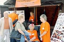 Veletrh sociálních služeb je oblíbeným setkáním, kde si lidé sdělují zkušenosti.