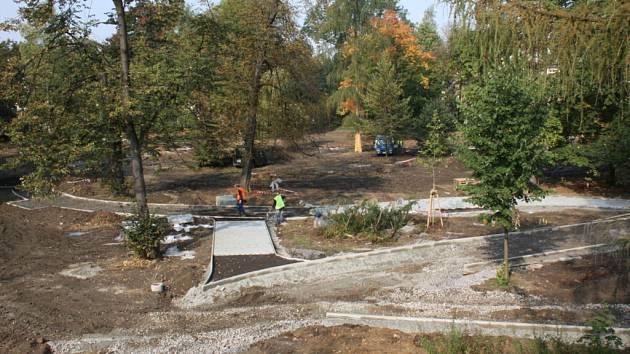 Oáza klidu v centru Karviné se mění. Už na jaře zmizely staré a nemocné stromy a křoviny a nyní dělníci budují nové chodníky. Nové budou také lavičky a veřejné osvětlení.