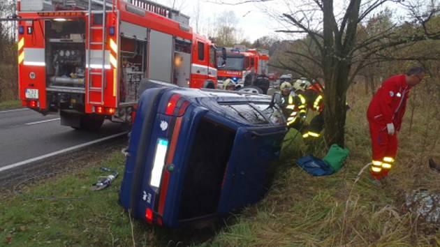 Zásah hasičů a záchranářů u nehody.