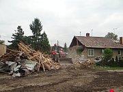 Pátek 31. 8. 2018. Toto zbylo z domku, který ve čtvrtek odpoledne zdemoloval zřejmě výbuch plynu, poté, co sutiny celou noc a dopoledne prohledávali hasiči.