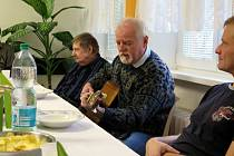 Ke svátečnímu stolu v Azylovém domě a noclehárně pro muže Armády spásy v Havířově zasedli na Štědrý den k svátečnímu obědu lidé, kteří se ocitli v obtížné životní situaci, a hledají cestu k návratu do běžného života.