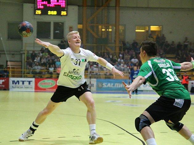 Tomáš Mlotek (v bílém) mění házenkářskou kariéru za armádní.
