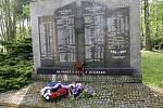 Pietní akt vareálu kostela sv. Anny u památníku padlým vojákům zTěšínska ve II. světové válce v Havířově.