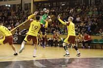 Marek Monczka (s míčem) proti Dukle klidné utkání nikdy nezažil.