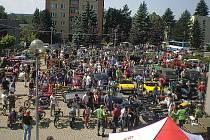 Na rychvaldské Náměstí Míru se v neděli sjel rekordní počet veteránů. Do soutěže o nejstarší a nejlíbivější modely se zaregistrovalo 103 majitelů historických aut a motorek.