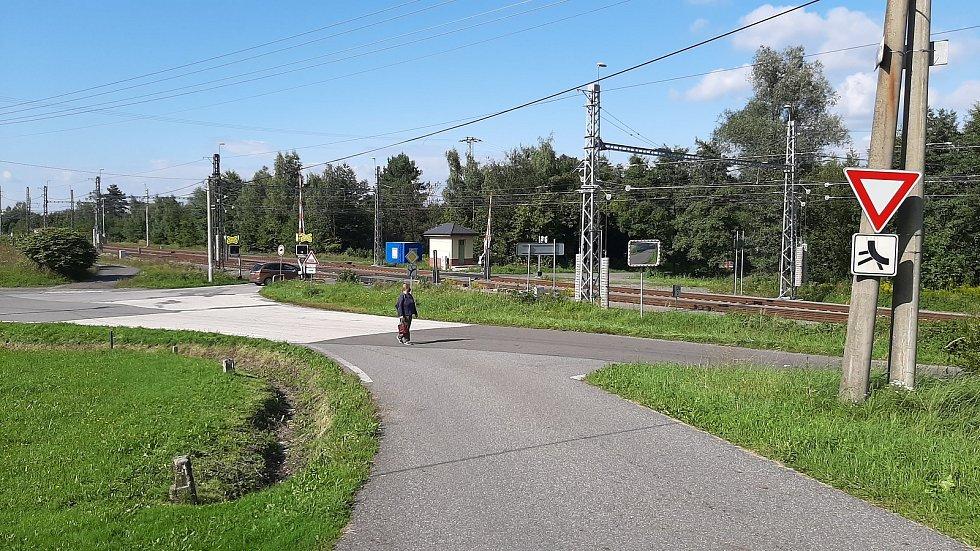 Karviná-Louky. Z původní obce zbylo torzo poté, co její velká část padla v 80. letech za oběť těžbě uhlí. Železniční přejezd.