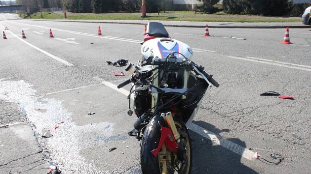 Místo dopravní nehody mezi motocyklem a osobním automobilem.