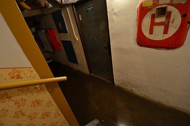 Bouřka svydatným deštěm zalila sklepy. Zasahovat museli hasiči.