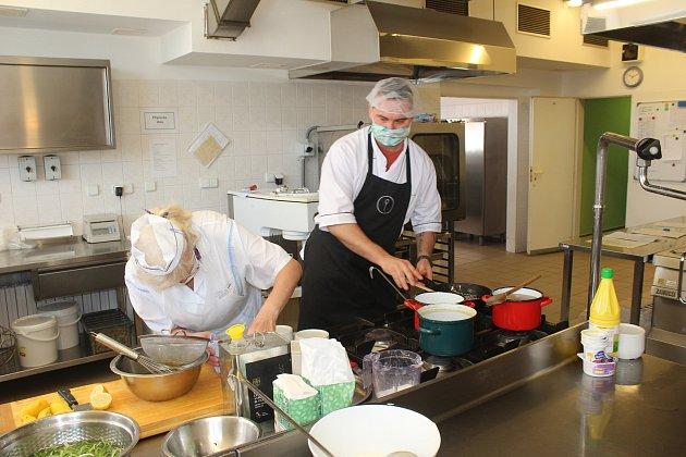 Kuchař David Valíček vypomáhá vkuchyni českotěšínského domova pro seniory.