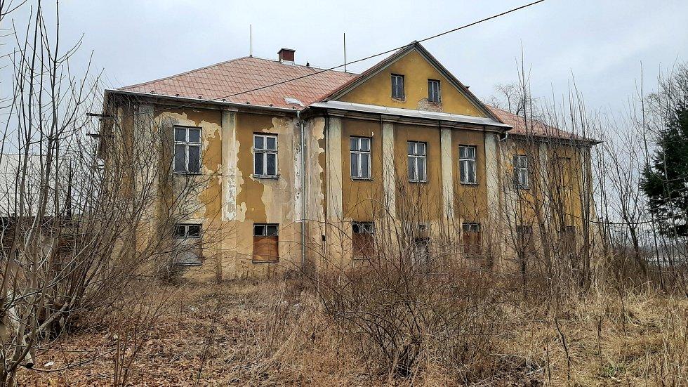 Doubrava. chátrající budova zámečku